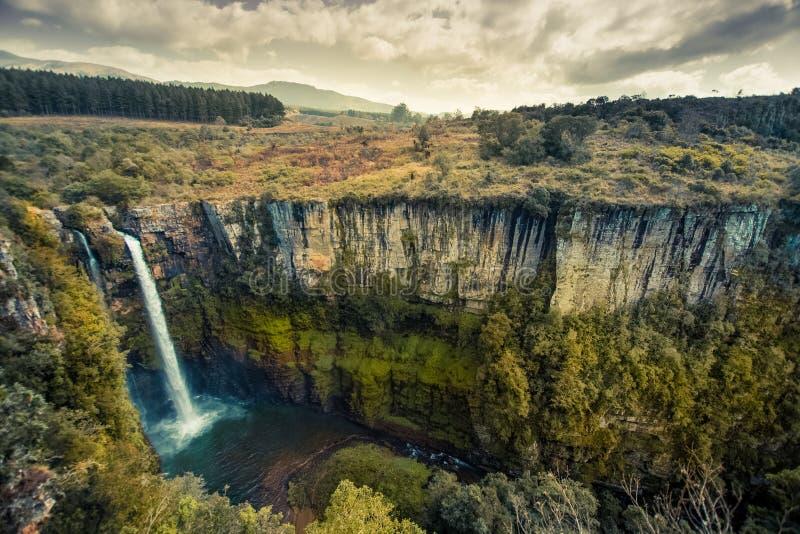 Bred sikt som ser ner på Mac Mac Falls och dess djupa kanjon i M arkivbilder