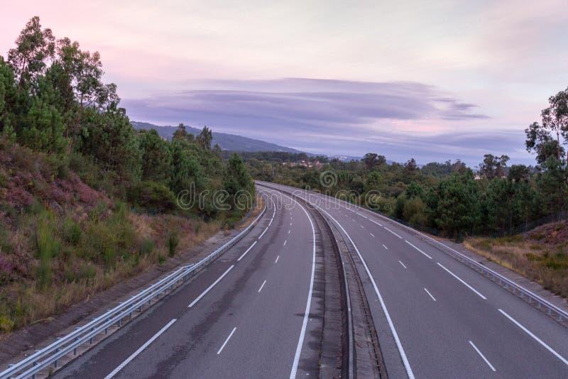 Bred tom huvudväg med kurvan i morgonen Lopp och destinationsbakgrund Fri asfaltväg med bergbakgrund royaltyfri bild