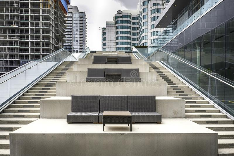 Bred trappa mellan två moderna kontorsbyggnader i i stadens centrum Toronto, Kanada arkivfoton
