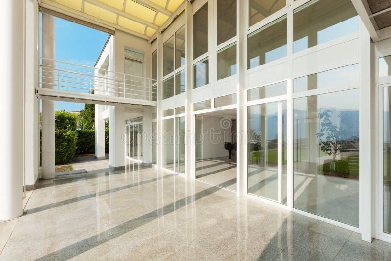 Bred veranda av ett modernt hus fotografering för bildbyråer