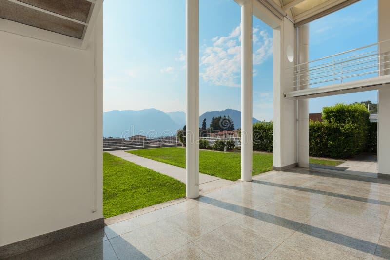 Bred veranda av ett modernt hus arkivbilder