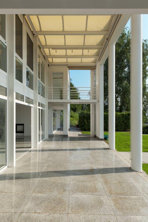 Bred veranda av ett modernt hus arkivfoton