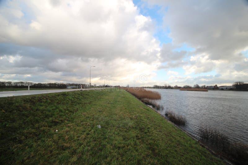 Bred vinkelöverblick av fördämningen på floden Hollandse IJssel på Moordrecht, Nederländerna arkivbilder
