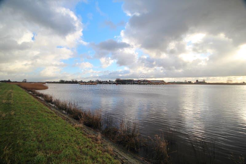 Bred vinkelöverblick av fördämningen på floden Hollandse IJssel på Moordrecht, Nederländerna royaltyfri fotografi