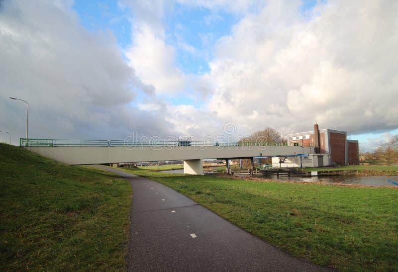 Bred vinkelöverblick av fördämningen på floden Hollandse IJssel på Moordrecht, Nederländerna royaltyfri foto