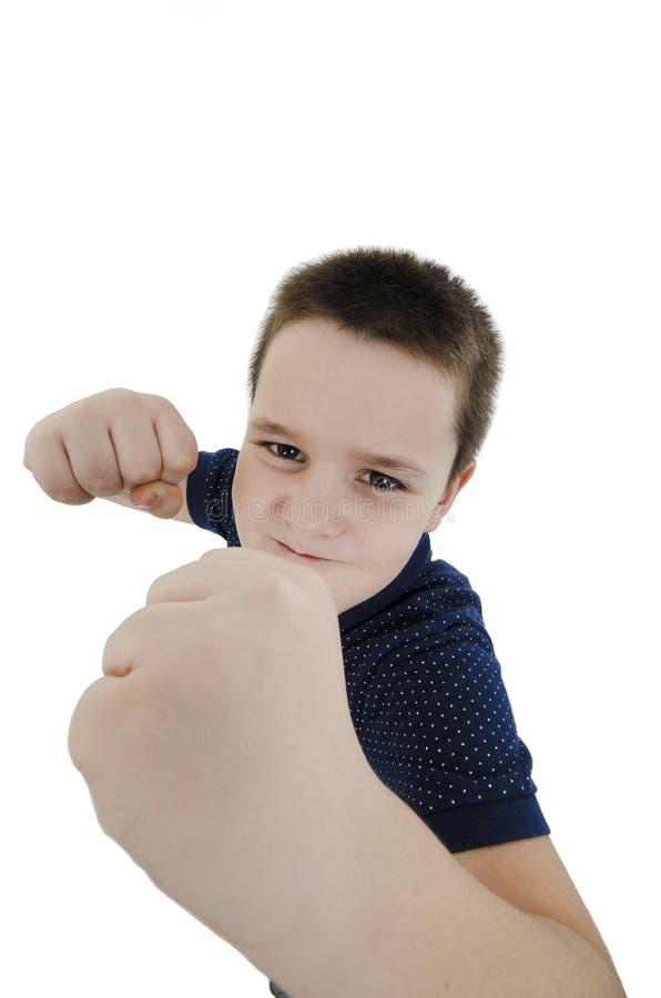 Bred vinkel, manlig unge för allvarlig vit kämpe som poserar med stängda nävar, medan se kameran arkivfoton
