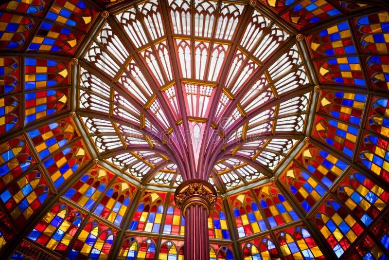 Bred vinkelblick på målat glasstaket i Louisiana gammal statlig Kapitoliumbyggnad arkivfoton