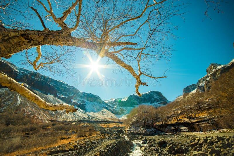 Bred vinkelfors på det Changbai berget royaltyfria foton