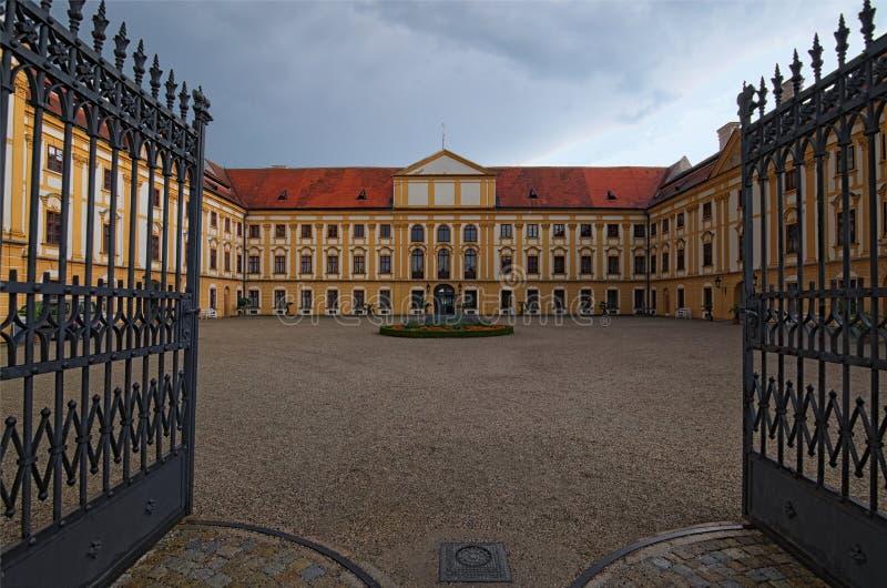 Bred vinkellandskapsikt av att förbluffa den barocka slotten i Jaromerice nad Rokytnou, sydliga Moravia, Tjeckien Regnig dag för  royaltyfri bild