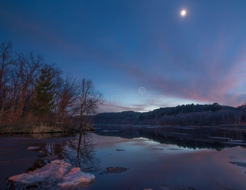 Bred vinkelsikt av den vidsträckta Sten Croix River på en frostig vintersolnedgång/en tidig afton - floden som avskiljer Wisconsi arkivfoton