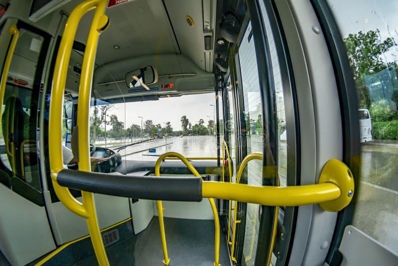 Bred vinkelsikt av transportbussen för framsäte offentligt arkivfoton