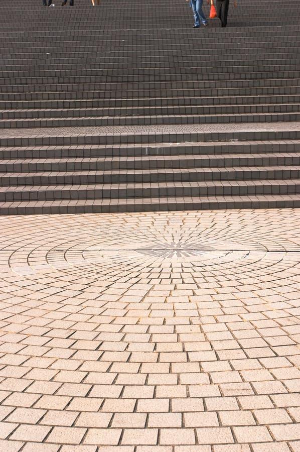 breda ledande trottoartrappa till arkivfoto