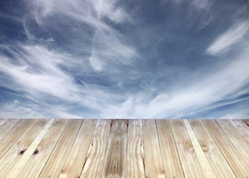Breda plankor och bulehimmelsuddigheter av bakgrund fotografering för bildbyråer