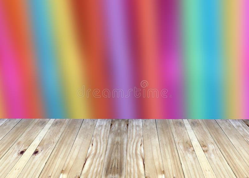 Breda plankor och färgregnbåge som är ljus av suddighetsbakgrund arkivbilder
