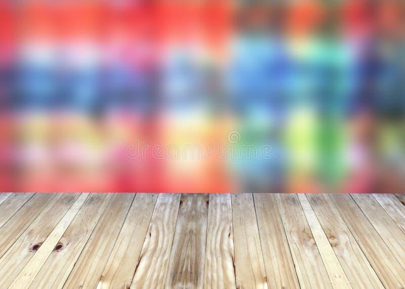 Breda plankor och ljus färgrik suddighetsbakgrund arkivfoto