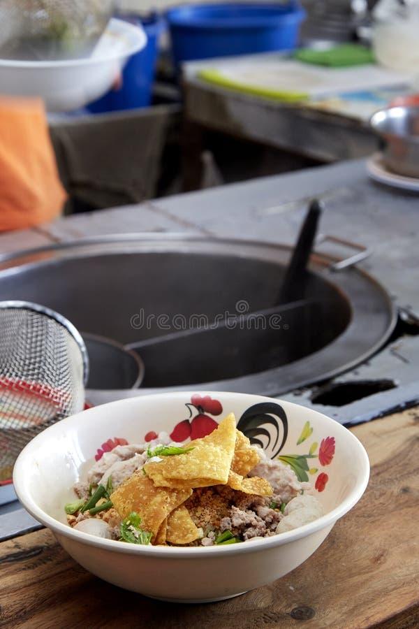 Breda risnudlar med grönsakgriskött royaltyfri foto
