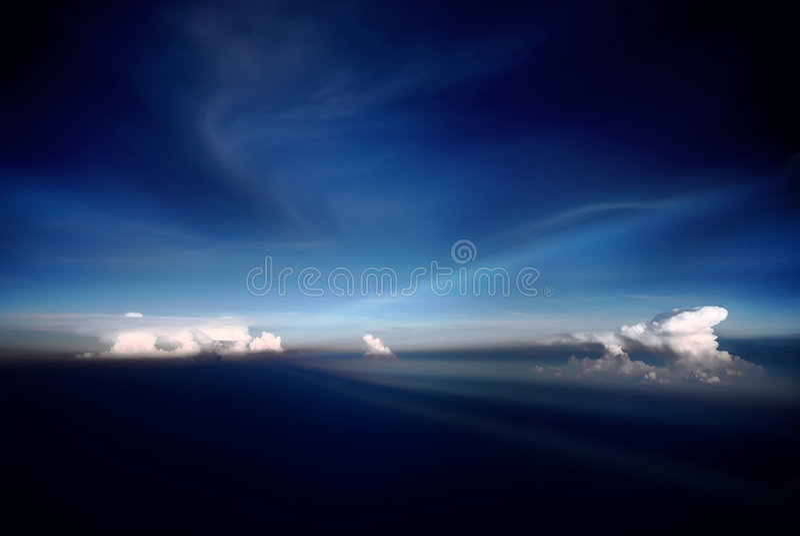 Brede blauwe hemel