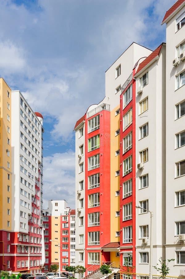 Brede die hoek van nieuwe woningbouw wordt geschoten stock afbeelding