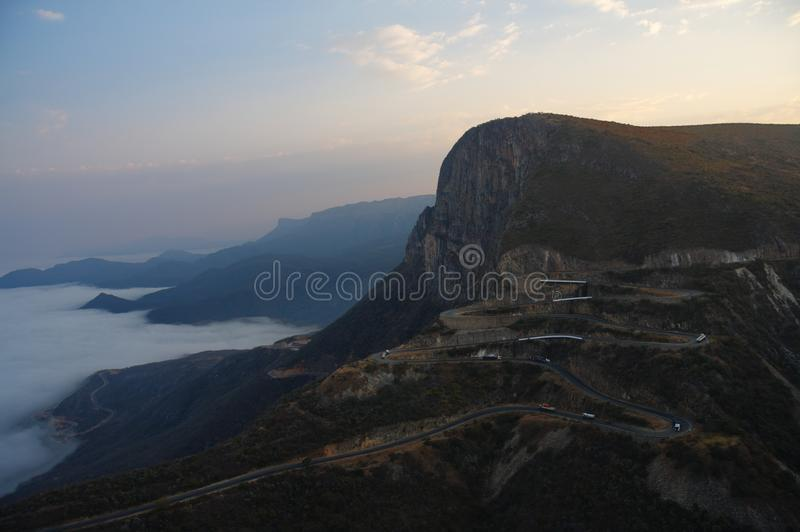 Brede die mening van Serra da Leba-weg van Lubango, Huila wordt gezien stock afbeelding