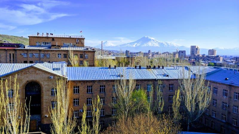 Brede foto van de staatsuniversiteit van Jerevan in Armenië met het mooie uitzicht van de berg Ararat stock afbeeldingen