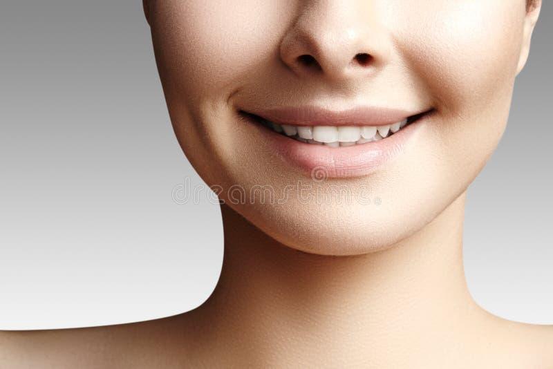 Brede glimlach van jonge mooie vrouw, perfecte gezonde witte tanden Het tand witten, ortodont, zorgtand en wellness royalty-vrije stock afbeelding