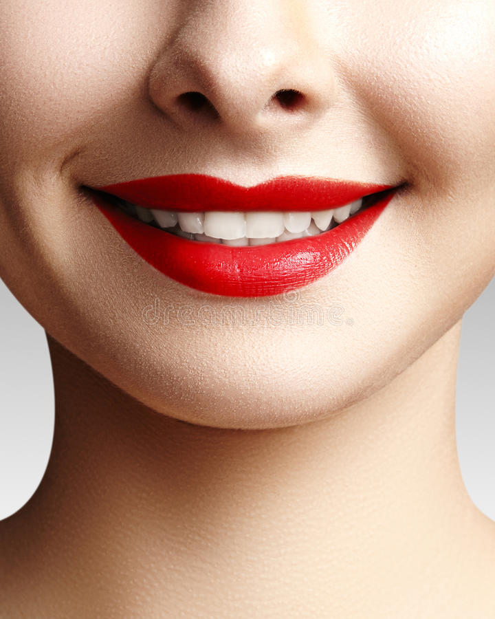 Brede glimlach van jonge mooie vrouw, perfecte gezonde witte tanden Het tand witten, ortodont, zorgtand en wellness stock fotografie