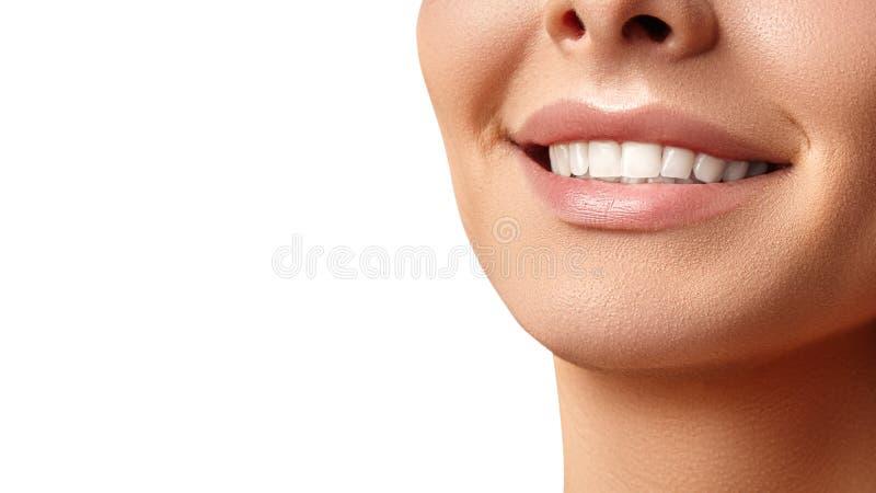 Brede glimlach van jonge mooie vrouw, perfecte gezonde witte tanden Het tand witten, ortodont, zorgtand en wellness royalty-vrije stock afbeeldingen