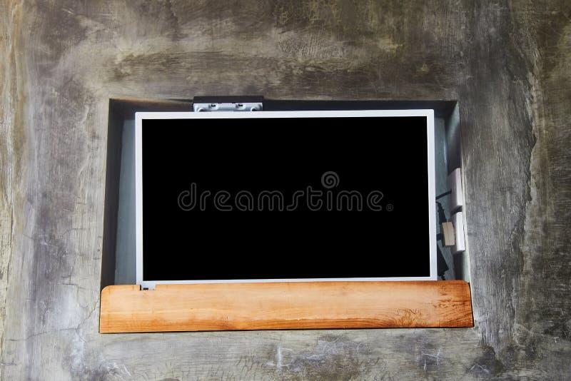 brede het schermtv op houten ladenkast dichtbij grijze muur stock foto