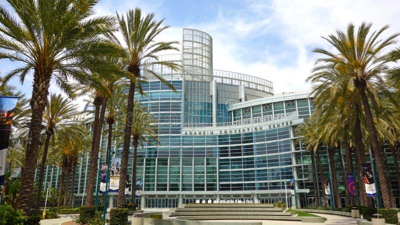 Brede hoek van Anaheim Convention Center met mooie palmen stock foto
