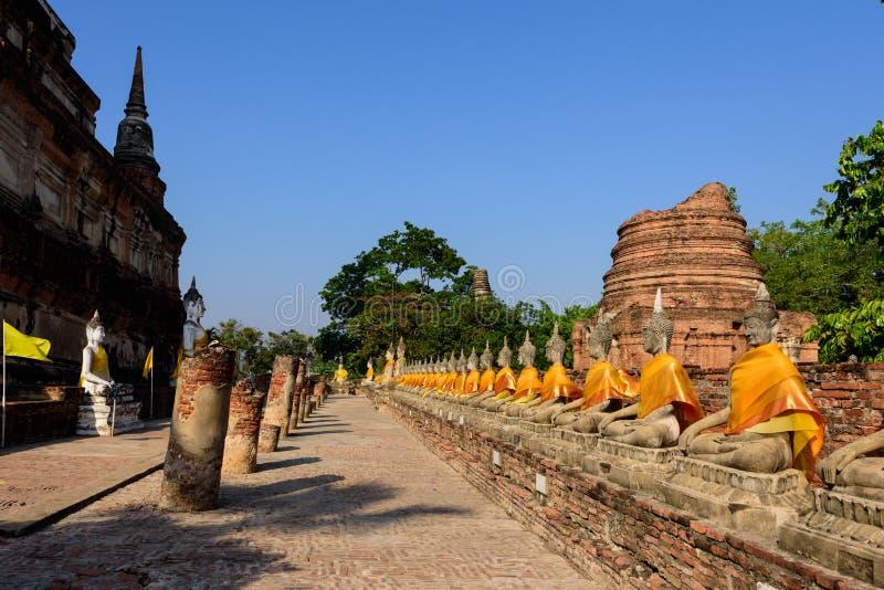 Brede hoek van de Beelden Wat Yai Chai Mongkon van Boedha in Ayutthaya royalty-vrije stock afbeelding