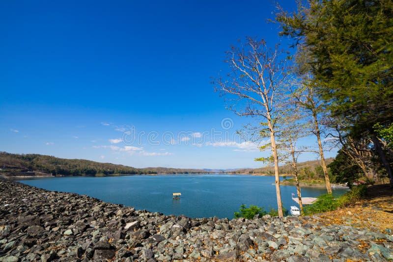 Brede hoek, water in een grote dam op een aardige zonnige dag stock foto's