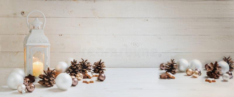 Brede Kerstmisachtergrond met een kaars lichte lantaarn, snuisterijen, royalty-vrije stock foto