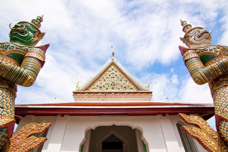 Brede mening bij de voorzijde van Wat Arun stock foto's