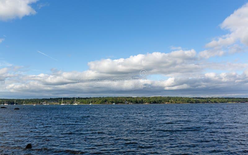 Brede mening van Belfast, Maine-haven op een bewolkte dag stock foto