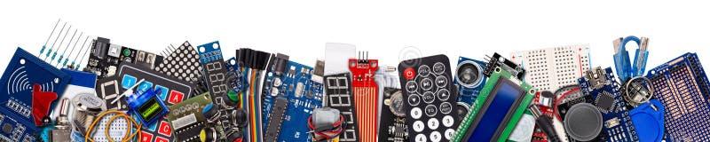 Brede panoramacollage met exemplaarruimte van microcontroller geïsoleerde raadscomponenten, vertoning, schakelaars, knopen en ele stock foto