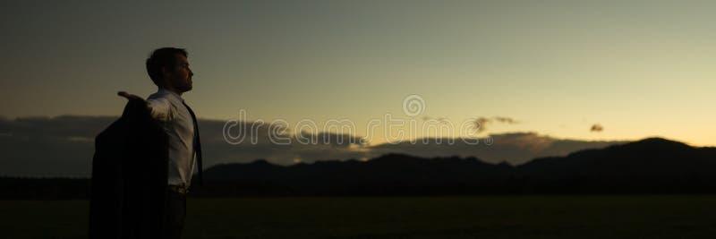 Brede panoramamening die van zakenman zich met open wapens bevinden royalty-vrije stock foto