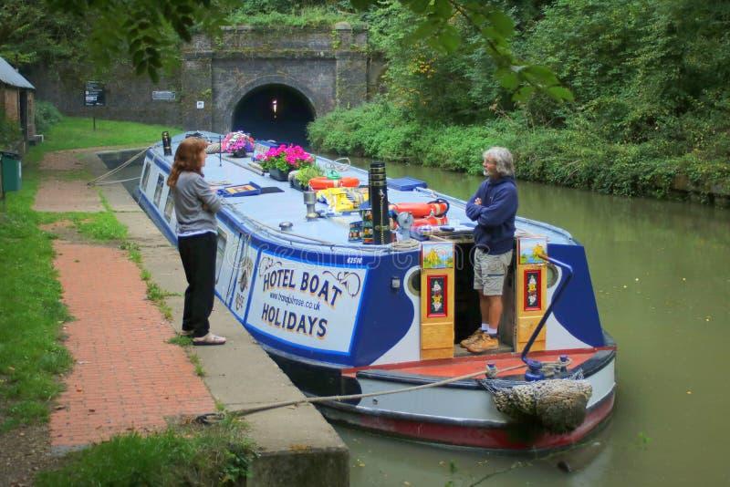 Brede straal die narrowboat kanaaltunnel wachten in te gaan royalty-vrije stock afbeelding