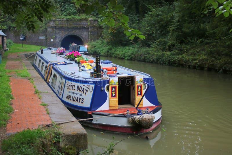 Brede straal die narrowboat kanaaltunnel wachten in te gaan royalty-vrije stock fotografie