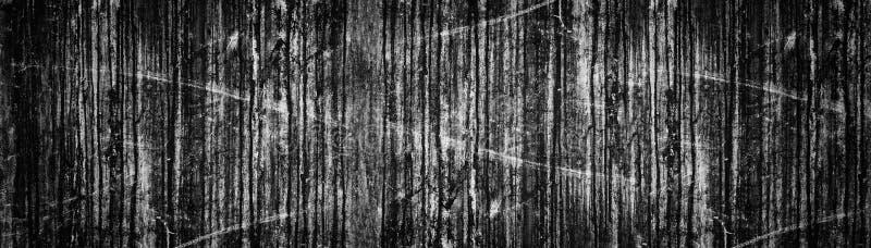 Brede zwarte grungeachtergrond Oude donkere concrete muur panoramische textuur Vuile vlekken en krassen stock fotografie