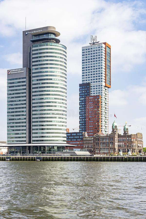 Bredvid det gamla hotellet New York är de imponerande tornen av Montevideo och port av Rotterdam royaltyfri bild