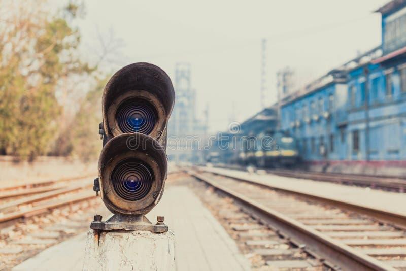 Bredvid ljusen för järnvägspår arkivfoton