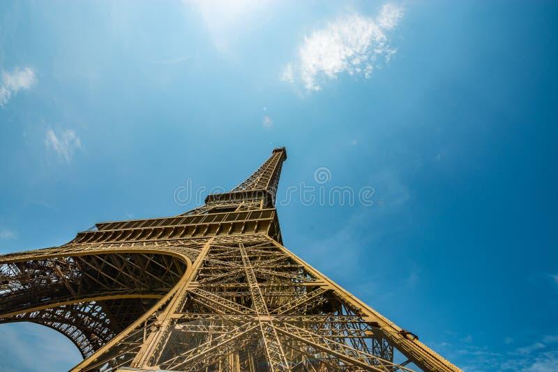Breed hoek spectaculair schot van de toren van Eiffel van onderaan stock afbeeldingen