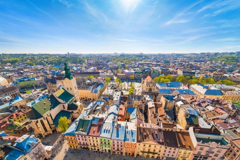 Breed hoeksatellietbeeld van kleurrijke huizen in historisch oud district van Lviv, de Oekraïne stock foto