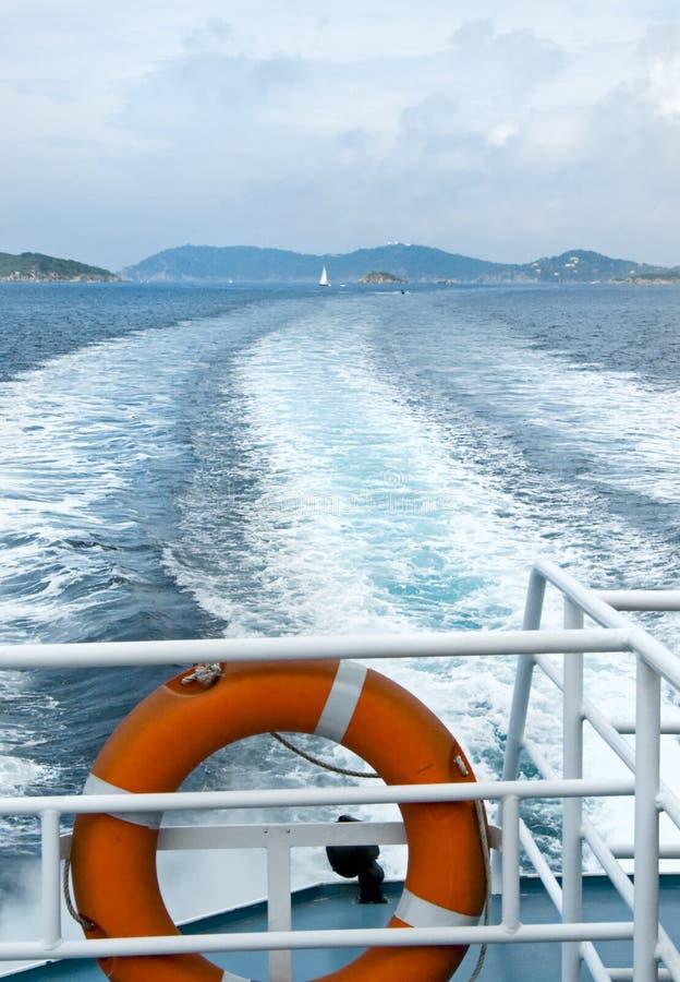 Breed kielzog dat van achtersteven van boot wordt gezien royalty-vrije stock afbeeldingen