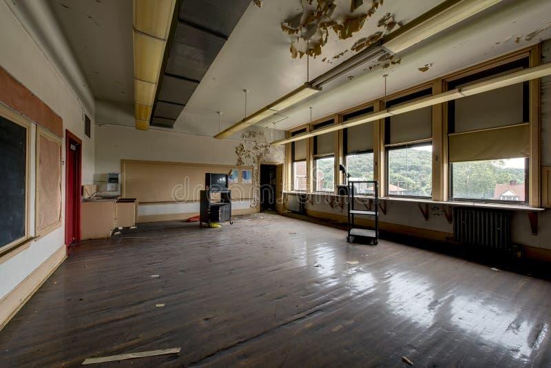 Breed Klaslokaal met Borden en TV - Uitstekende, Verlaten School stock foto's