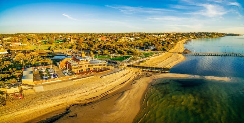 Breed luchtpanorama van Frankston-jachtclub, voetgangersbrug, en pijler bij zonsondergang royalty-vrije stock fotografie