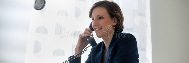 Breed meningsbeeld van een jonge onderneemster die op telefoon spreken royalty-vrije stock foto