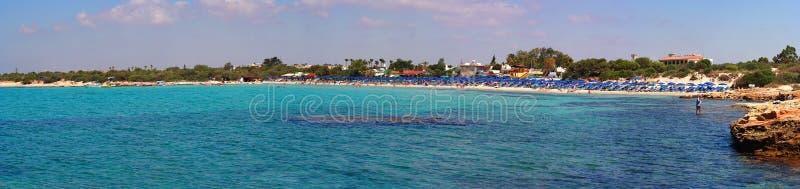 Breed panorama van de overzeese kust: vulkanische kust, het strand van Ayia NAPA, het eiland van Cyprus stock foto