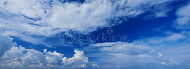 Breed panorama van romantische marineblauwe hemel met witte grijze wolken Achtergrond van de hoge resolutie de artistieke horizon royalty-vrije stock afbeeldingen