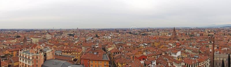 Breed panoramabeeld van de stad van Verona in Italië die de beroemde bouw en historische oriëntatiepunten met gebouwen tonen die  royalty-vrije stock afbeeldingen